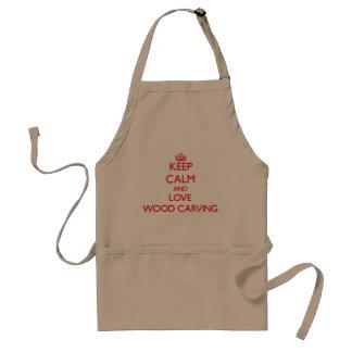 Guarde la calma y ame la talla de madera delantal