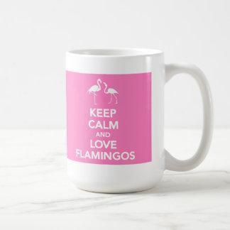 Guarde la calma y ame la taza de los flamencos