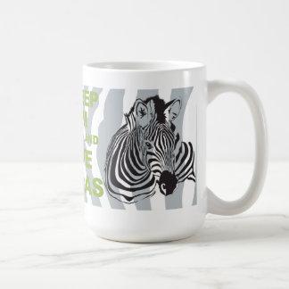 Guarde la calma y ame la taza única de las cebras