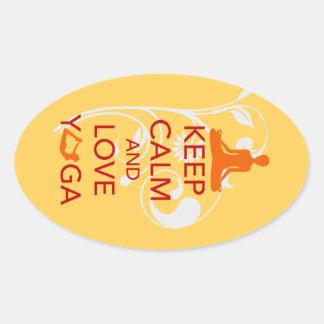 Guarde la calma y ame la yoga - diseño único de la pegatina de oval