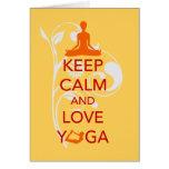 Guarde la calma y ame la yoga - diseño único de la tarjetón