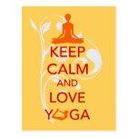 Guarde la calma y ame la yoga - diseño único de la postal