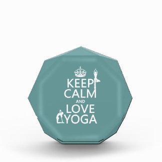 Guarde la calma y ame la yoga (los colores adaptab