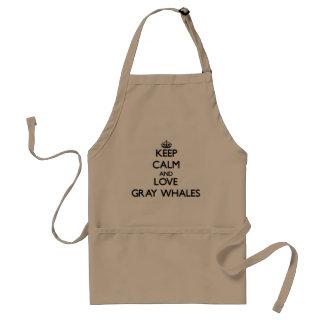 Guarde la calma y ame las ballenas grises delantal