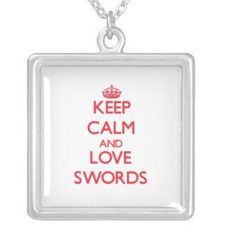 Guarde la calma y ame las espadas pendiente