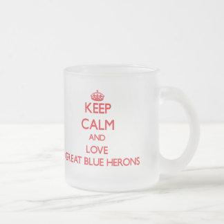 Guarde la calma y ame las garzas de gran azul taza de café