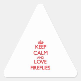 Guarde la calma y ame las luciérnagas pegatina triangular