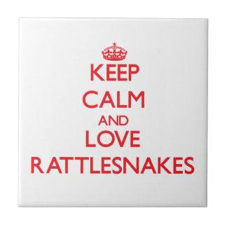 Guarde la calma y ame las serpientes de cascabel azulejo