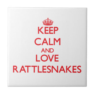 Guarde la calma y ame las serpientes de cascabel teja