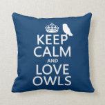 Guarde la calma y ame los búhos (cualquier color) almohada