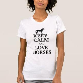 Guarde la calma y ame los caballos camisetas
