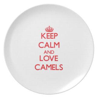 Guarde la calma y ame los camellos platos de comidas
