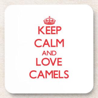 Guarde la calma y ame los camellos posavaso