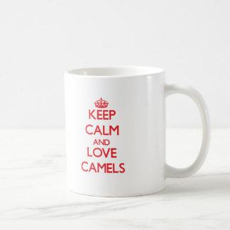 Guarde la calma y ame los camellos taza