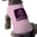 Guarde la calma y ame los cerdos (todos los colore camiseta de perrito