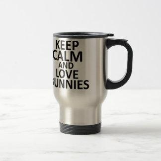 Guarde la calma y ame los conejitos - toda la taza térmica