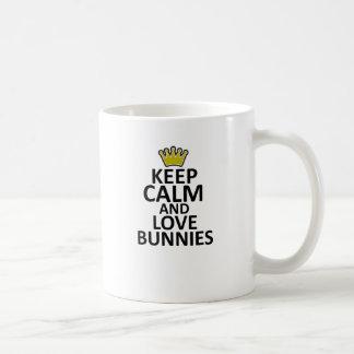 Guarde la calma y ame los conejitos - todos los taza