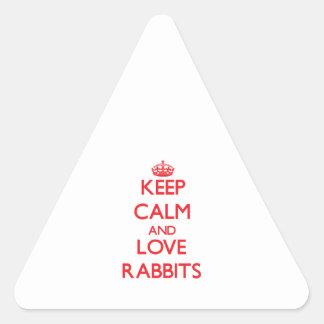 Guarde la calma y ame los conejos calcomania de triangulo