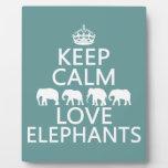 Guarde la calma y ame los elefantes (los colores a placa de madera