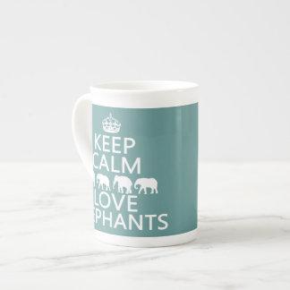 Guarde la calma y ame los elefantes (los colores a taza de porcelana
