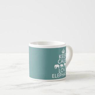 Guarde la calma y ame los elefantes (los colores a taza espresso