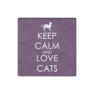 Guarde la calma y ame los gatos imán de piedra