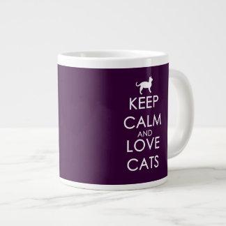 Guarde la calma y ame los gatos taza extra grande