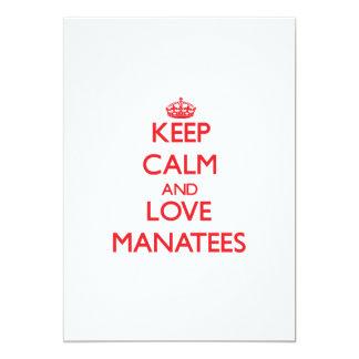 """Guarde la calma y ame los Manatees Invitación 5"""" X 7"""""""