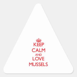 Guarde la calma y ame los mejillones pegatina de triangulo