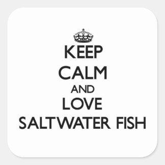 Guarde la calma y ame los peces de agua salada pegatina cuadrada