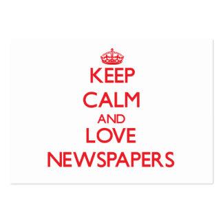 Guarde la calma y ame los periódicos plantilla de tarjeta de visita