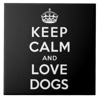 Guarde la calma y ame los perros azulejo cuadrado grande