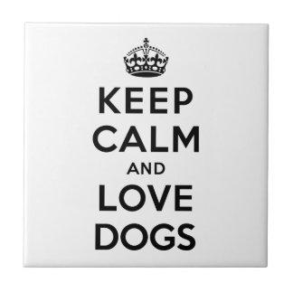 Guarde la calma y ame los perros azulejo cuadrado pequeño