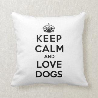 Guarde la calma y ame los perros cojín