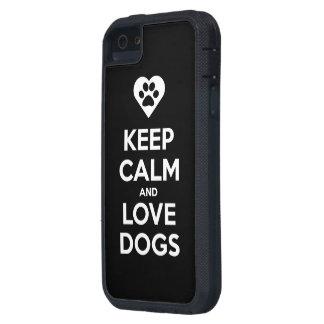 Guarde la calma y ame los perros iPhone 5 carcasas