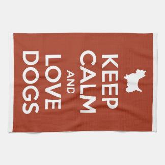 Guarde la calma y ame los perros toallas de mano