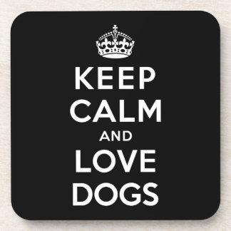 Guarde la calma y ame los perros posavasos de bebida