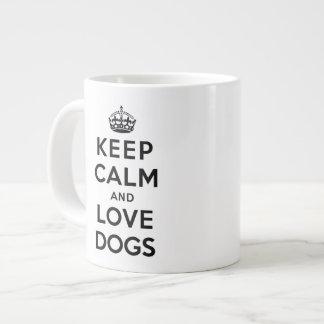 Guarde la calma y ame los perros taza de café gigante
