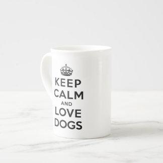 Guarde la calma y ame los perros taza de porcelana
