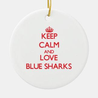 Guarde la calma y ame los tiburones azules ornamento para arbol de navidad