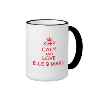 Guarde la calma y ame los tiburones azules taza