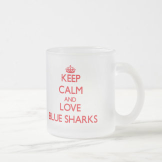 Guarde la calma y ame los tiburones azules tazas