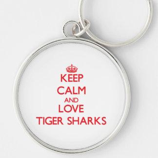 Guarde la calma y ame los tiburones de tigre llavero