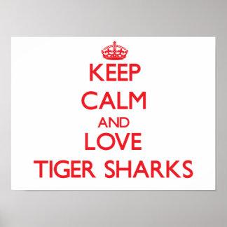 Guarde la calma y ame los tiburones de tigre póster