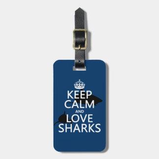 Guarde la calma y ame los tiburones (los colores a etiqueta de equipaje