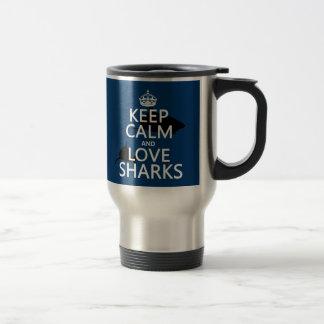 Guarde la calma y ame los tiburones los colores a taza de café