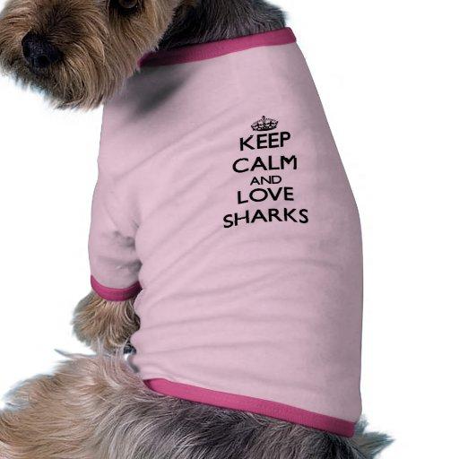 Guarde la calma y ame los tiburones prenda mascota
