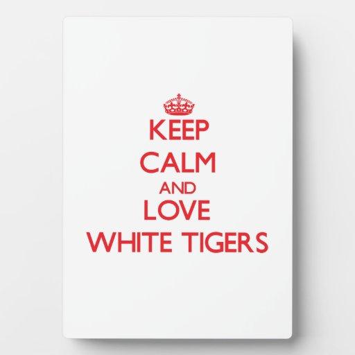 Guarde la calma y ame los tigres blancos placas con fotos