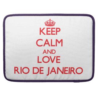 Guarde la calma y ame Río de Janeiro Fundas Para Macbook Pro