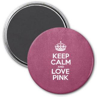 Guarde la calma y ame rosado - cuero rosado imán redondo 7 cm